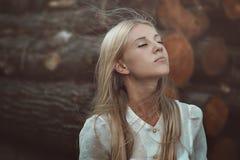 Frau, die Herbstwind genießt stockbild
