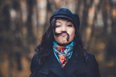 Frau, die herum mit dem Haarschnurrbart täuscht Lizenzfreie Stockbilder