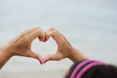 Frau, die Herz von den Händen macht Lizenzfreie Stockbilder