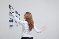 Frau, die High-Teche Art von modernen Multimedia bedrängt Lizenzfreies Stockbild