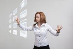Frau, die High-Teche Art von modernen Multimedia bedrängt Stockbild