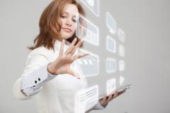 Frau, die High-Teche Art von modernen Multimedia bedrängt Lizenzfreie Stockfotografie