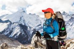 Frau, die in Himalaja-Bergen wandert Lizenzfreie Stockbilder