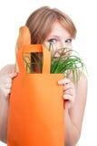 Frau, die hinter Einkaufstasche sich versteckt Stockfoto