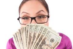 Frau, die hinter Geld sich versteckt lizenzfreies stockbild
