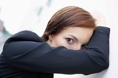 Frau, die hinter ihrem Arm sich versteckt Lizenzfreies Stockbild