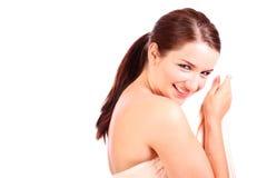Frau, die hinter ihrem Badtuch sich versteckt Lizenzfreies Stockfoto