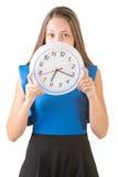 Frau, die hinter Uhr sich versteckt Stockbild