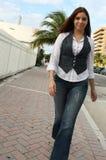 Frau, die hinunter die Straße geht Lizenzfreie Stockfotos