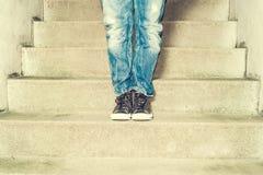 Frau, die hinunter die Treppe geht Lizenzfreies Stockbild