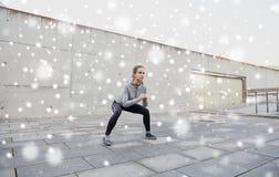 Frau, die Hocken tut und draußen trainiert Lizenzfreie Stockbilder