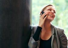 Frau, die homosexuell auf einem Mobile plaudert Stockfoto
