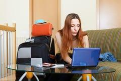 Frau, die Hotel online im Internet aufhebt Stockfotografie