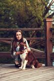 Frau, die Hund im Park umarmt stockbilder
