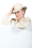 Frau, die Hut anhält Lizenzfreie Stockbilder