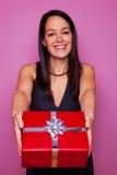 Frau, die Ihnen ein Geschenk gibt Stockfotografie