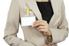 Frau, die ihr Abzeichen zeigt Lizenzfreie Stockfotografie