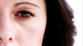 Frau, die ihr Auge in der Zeitlupe mit den Farben nach innen sich drehen öffnet stock video