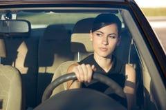 Frau, die ihr Auto am Abend antreibt Lizenzfreies Stockbild