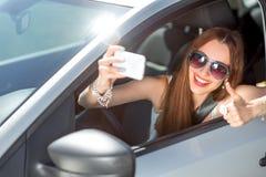 Frau, die ihr Auto antreibt Stockfotos