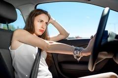Frau, die ihr Auto antreibt Stockbilder