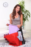 Frau, die ihr Einkaufen betrachtet Stockfotos
