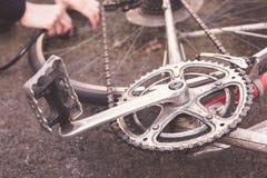 Frau, die ihr Fahrrad repariert Stockfoto