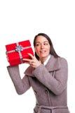 Frau, die ihr Geschenk rüttelt Stockfotos