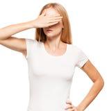 Frau, die ihr Gesicht mit ihren Händen bedeckt Lizenzfreies Stockbild