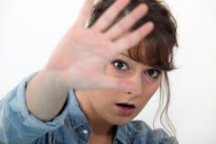 Frau, die ihr Gesicht versteckt Lizenzfreie Stockfotografie
