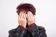 Frau, die ihr Gesicht versteckt Stockbilder
