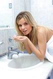Frau, die ihr Gesicht wäscht Stockfotografie