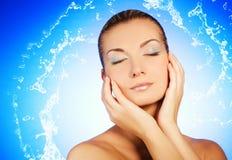 Frau, die ihr Gesicht wäscht lizenzfreies stockfoto