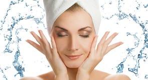 Frau, die ihr Gesicht wäscht stockfoto