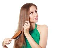 Frau, die ihr Haar aufträgt Lizenzfreie Stockfotografie