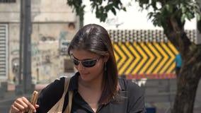 Frau, die ihr Haar aufträgt stock footage