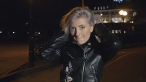 Frau, die ihr Haar durcheinander bringt stock video