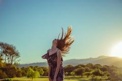 Frau, die ihr Haar in einer Luft bewegt stockfotografie