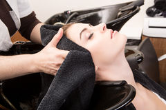 Frau, die ihr Haar im hairsalon wäscht Lizenzfreies Stockfoto