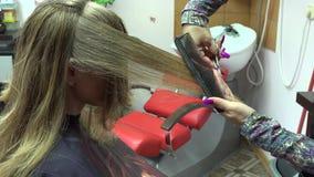 Frau, die ihr Haar am Schönheitssalon schneidet 4K stock footage