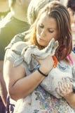 Frau, die ihr Kaninchen liebt Umfassung in ihren Armen Stockbild