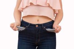 Frau, die ihr leere Taschen zeigt Lizenzfreies Stockfoto
