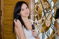 Frau, die ihr Make-up anwendet Lizenzfreies Stockbild