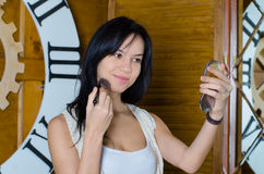 Frau, die ihr Make-up anwendet Lizenzfreie Stockbilder