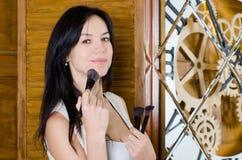 Frau, die ihr Make-up anwendet Stockfotos