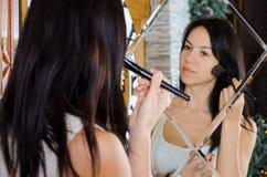 Frau, die ihr Make-up anwendet Lizenzfreies Stockfoto