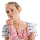 Frau, die ihr Mittagessen beendet und ihren Mund mit Serviette abwischt Stockbild