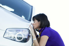 Frau, die ihr neues Auto küßt Stockfoto