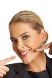 Frau, die ihr perfekte weiße Zähne zeigt Lizenzfreie Stockfotografie