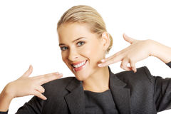 Frau, die ihr perfekte weiße Zähne zeigt Stockbild